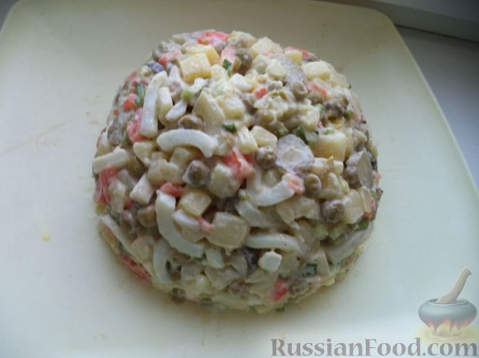 """Фото приготовления рецепта: Салат из кальмаров """"Почти оливье"""" - шаг №11"""