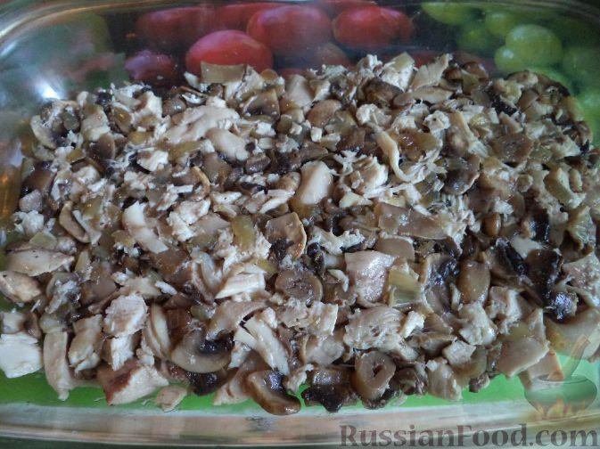 """Фото приготовления рецепта: Салат """"Мировой закусон"""" с сельдью, маринованными огурцами и яблоком - шаг №8"""