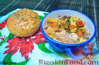 Фото к рецепту: Жаркое из курицы, с грибами, в горшочке