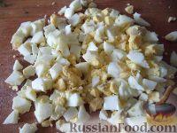 Фото приготовления рецепта: Салат с кальмарами и зеленым горошком - шаг №5