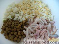 Фото приготовления рецепта: Салат с кальмарами и зеленым горошком - шаг №8