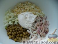 Фото приготовления рецепта: Салат с кальмарами и зеленым горошком - шаг №9