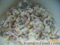 Фото приготовления рецепта: Салат с кальмарами и зеленым горошком - шаг №10