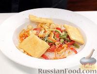 Фото к рецепту: Рагу с грибами в азиатском стиле, с тофу и рисовой лапшой