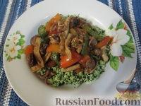Фото к рецепту: Кус-кус с кальмарами, перцем и острыми колбасками