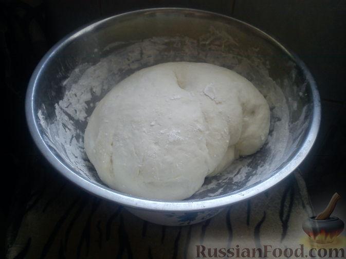 Фото приготовления рецепта: Пирог на молоке, с хурмой и штрейзелем - шаг №8