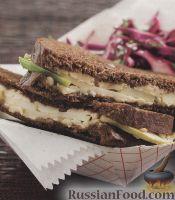 Фото к рецепту: Жареные сырные бутерброды с салатом из краснокочанной капусты