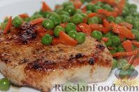 Фото к рецепту: Филе индейки с гарниром из горошка и моркови