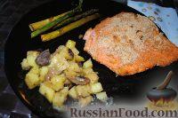 Фото к рецепту: Филе лосося с картошечкой и спаржей