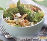 Фото к рецепту: Салат из макарон, орехов и сыра горгонзолы