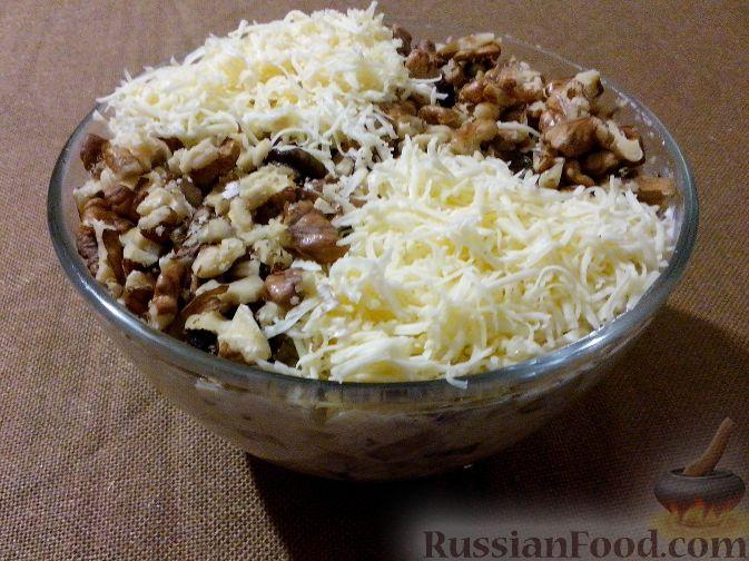 Салат из куриной грудки с грецкими орехами и грибами