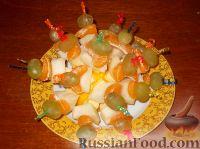 Фото к рецепту: Канапе из фруктов с сыром