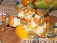Фото приготовления рецепта: Канапе из фруктов с сыром - шаг №7