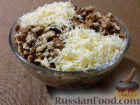 Фото к рецепту: Куриный салат с грецкими орехами и грибами
