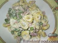 Фото к рецепту: Паста (тортеллини) с беконом, горошком и сливками