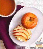 Фото к рецепту: Булочка с сыром, грушей, медом и орехами