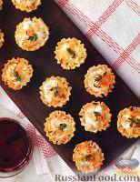Фото к рецепту: Слоеные корзинки с сырной начинкой