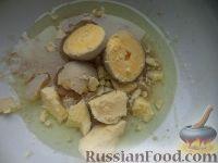 Фото приготовления рецепта: Салат из печени трески с сыром - шаг №7