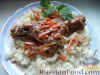 Фото к рецепту: Кролик, тушенный с овощами, в сметане