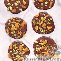 Фото к рецепту: Шоколадные медальки с фисташками и курагой