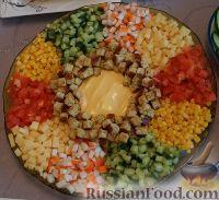 """Фото к рецепту: Салат с крабовыми палочками """"Радуга"""""""