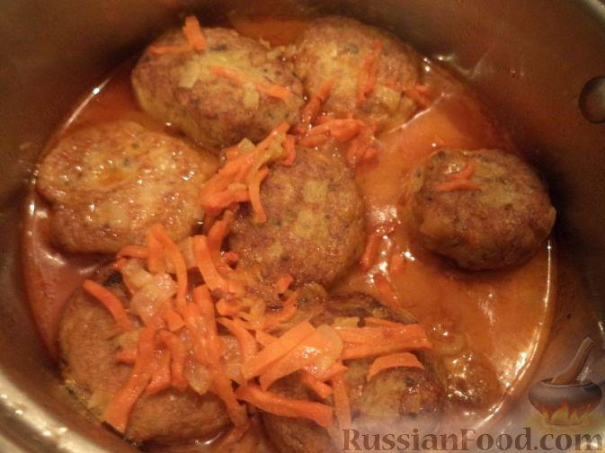 Фото приготовления рецепта: Капуста, тушенная с мясным фаршем и яблоками - шаг №10
