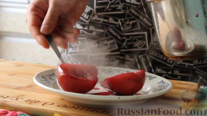 Фото приготовления рецепта: Капуста, тушенная с мясом, грибами и айвой - шаг №11