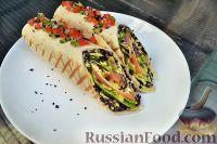 Фото к рецепту: Ролл из тортильи, с рисом, омлетом и сёмгой