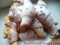Фото к рецепту: Сдобные рогалики с абрикосовым повидлом