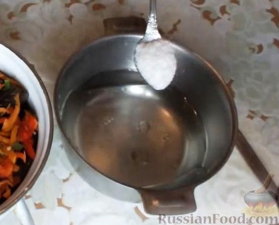 Фото приготовления рецепта: Яблочно-сливовый крамбл с овсяными хлопьями - шаг №5