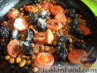 Фото приготовления рецепта: Плов с курагой, изюмом и черносливом - шаг №7