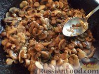 Фото приготовления рецепта: Паста с шампиньонами в томатном соусе - шаг №4