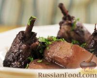 Фото к рецепту: Цыпленок, тушенный в красном вине с корицей