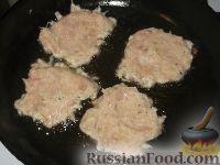 Фото приготовления рецепта: Картофельно-куриные оладьи - шаг №8