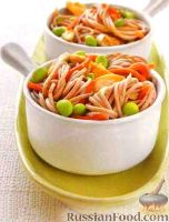 Фото к рецепту: Салат из лапши соба с курицей и бобами