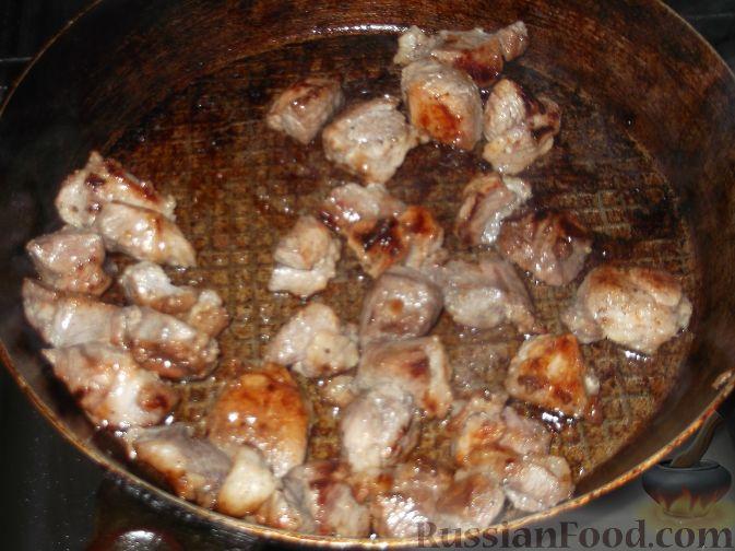 Фото приготовления рецепта: Говядина, тушенная с сельдереем и морковью в томатном соусе - шаг №2