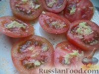 Фото приготовления рецепта: Салат из помидоров с чесноком и сыром - шаг №5