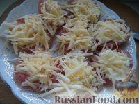 Фото приготовления рецепта: Салат из помидоров с чесноком и сыром - шаг №8