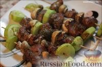 Фото к рецепту: Шашлычки с куриной печенью, шампиньонами и кабачками