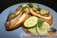 Фото к рецепту: Бутерброды со шпротами и огурцами