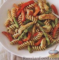 Фото к рецепту: Макароны с куриным филе, овощами и соусом песто