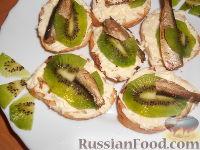 Фото к рецепту: Бутерброды со шпротами и киви