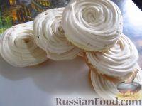 Фото к рецепту: Бисквитные пирожные с безе и масляным кремом