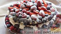 """Фото к рецепту: Торт """"Павлова"""" с ягодами и глазурью"""
