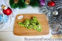 """Фото приготовления рецепта: Фруктовый салат """"Новогодняя ёлка"""" - шаг №8"""