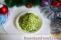 """Фото приготовления рецепта: Фруктовый салат """"Новогодняя ёлка"""" - шаг №9"""