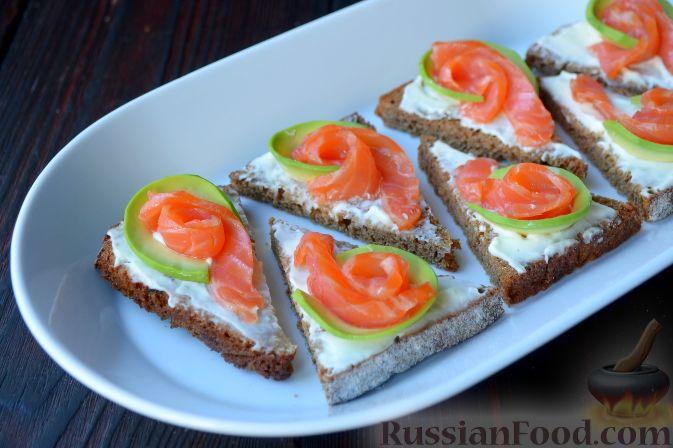 бутерброды с красной рыбой иавокадо