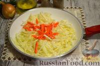 Фото приготовления рецепта: Тушеная капуста с сосисками и картофелем - шаг №4