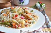 Фото к рецепту: Курица с рисовой лапшой и овощами