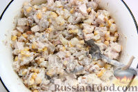 Фото приготовления рецепта: Салат с курицей, грибами и ананасами - шаг №7